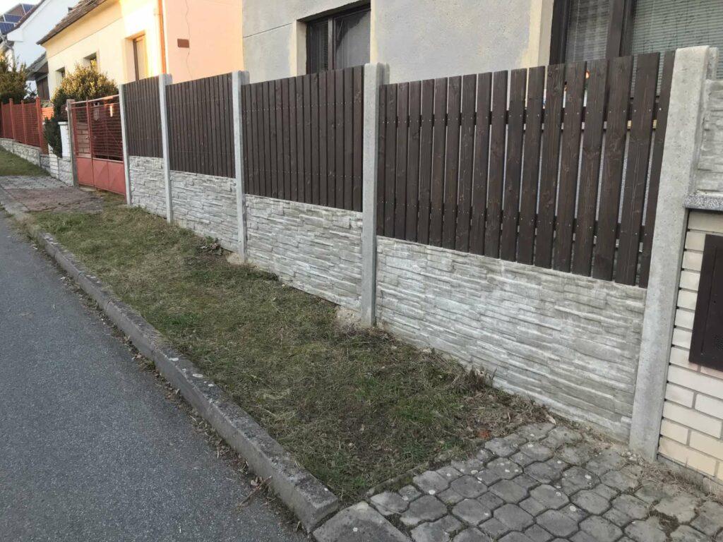 Betonový plot s dřevem